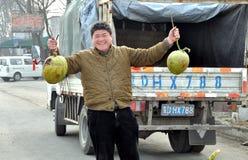 Mann, der Kokosnüsse auf Datenbahn verkauft Lizenzfreie Stockbilder