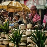 Mann, der Kokosnusswasser verkauft Stockbilder
