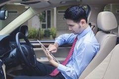 Mann, der Kontrolldigitale Tablette für das Lokalisieren einer Adresse fährt Lizenzfreies Stockbild