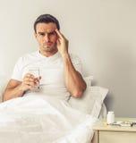 Mann, der Kopfschmerzen hat stockfoto