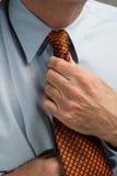 Mann, der Krawatte geraderichtet Lizenzfreies Stockbild