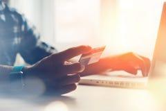 Mann, der Kreditkarte hält und Laptop verwendet Online-Zahlung Stockfotografie