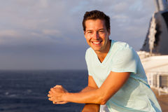 Mann, der Kreuzfahrt genießt Lizenzfreies Stockbild