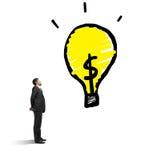Mann, der Lampe betrachtet Lizenzfreie Stockfotos
