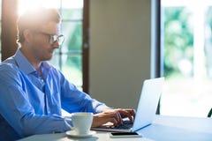 Mann, der Laptop allein verwendet Stockbilder