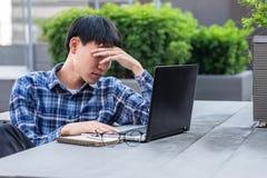 Mann, der an Laptop arbeitet stockfoto