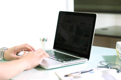 Mann, der an Laptop arbeitet Lizenzfreie Stockfotos