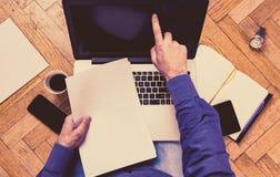 Mann, der Laptop auf einem Boden - Arbeitskonzept verwendet Stockfotos