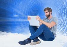 Mann, der Laptop gegen digital erzeugten Hintergrund verwendet Lizenzfreies Stockfoto