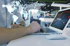 Mann, der Laptop, Geschäftsglobalisierungskonzept verwendet Stockbilder