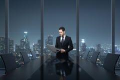 Mann, der Laptop im Büro verwendet Stockfoto