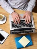Mann, der an Laptop am Schreibtisch arbeitet Lizenzfreies Stockfoto