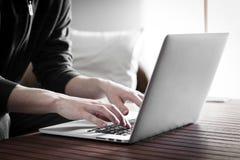Mann, der Laptop verwendet Stockfotografie
