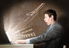 Mann, der Laptop verwendet Stockfoto