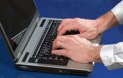 Mann, der an laptope arbeitet Stockfotografie