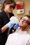Mann, der Laser-Behandlung an der Schönheits-Klinik hat lizenzfreie stockbilder