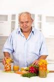 Mann, der Lebensmittel zubereitet Lizenzfreies Stockbild