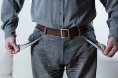 Mann, der leere Taschen zeigt Stockfotografie