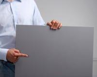 Mann, der leeres Raumweißplakat zeigt Stockbilder