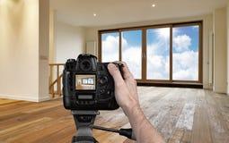 Mann, der leeres Wohnzimmer fotografiert Stockbild
