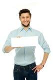 Mann, der leeres Zeichen anhält lizenzfreie stockbilder