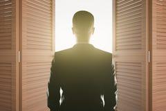 Mann, der Licht betrachtet Stockfotos