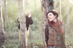 Mann in der Liebe, die seine Freundin im Wald sucht Lizenzfreie Stockfotografie