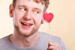 Mann in der Liebe mit Herzen Stockbild