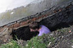Mann, der Loch im Boden vorbereitet Lizenzfreies Stockfoto