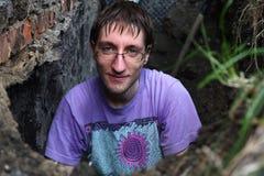 Mann, der Loch im Boden vorbereitet Lizenzfreie Stockfotografie