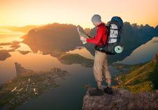 Mann, der in Lofoten wandert stockbilder