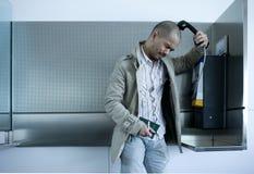 Mann, der Lohntelefon verwendet Stockfotos