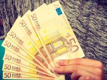 Mann, der Los Geld im Euro hält Lizenzfreies Stockfoto