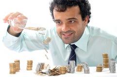 Mann, der Münzen zählt. stockbilder