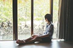 Mann, der in der Mangrovenwaldlagunen-Ferienzeit sich entspannt lizenzfreies stockbild