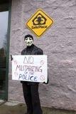 Mann in der Maske hält Protestzeichen Lizenzfreies Stockbild