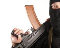 Mann in der Maske mit Gewehr Stockfoto