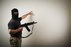 Mann in der Maske mit Gewehr Lizenzfreie Stockfotos