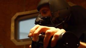 Mann in der Maske und Sturzhelm, der futuristische Maschinerie prüft stock video