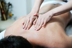Mann, der Massage am Badekurort genießt Lizenzfreies Stockfoto