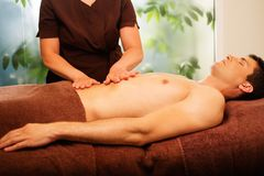 Mann, der Massage in einem Badekurort hat lizenzfreie stockbilder