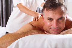 Mann, der Massage hat lizenzfreies stockbild