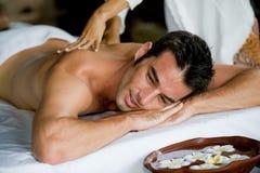 Mann, der Massage hat Stockfoto