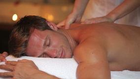 Mann, der Massage im Badekurort hat stock footage