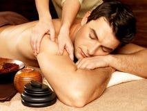 Mann, der Massage im Badekurortsalon hat Stockfotografie