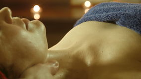 Mann, der Massage im Badekurortsalon tut stock footage