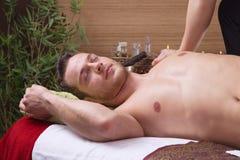 Mann, der Massage im Salon genießt stockfotos