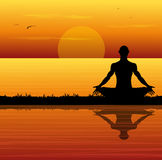 Mann, der meditiert Stockfoto
