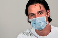 Mann, der medizinische Schablone trägt Lizenzfreies Stockbild