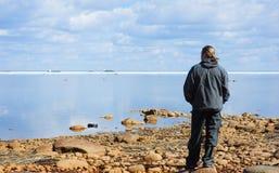 Mann, der Meer betrachtet Lizenzfreies Stockfoto
